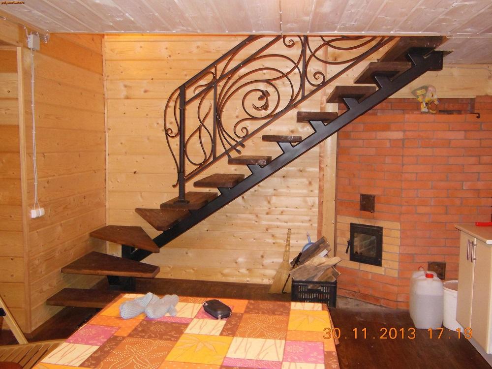 Печь со стеклянной дверкой. Лестница на второй этаж_01